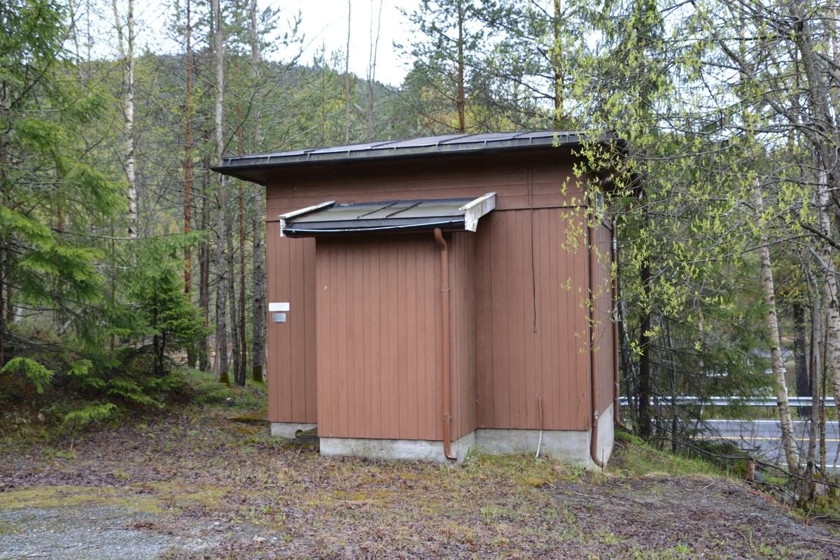 Meheia automatsentral representerer et typisk standardhus, som seinere er utvidet med et tilbygg for toalett. Sentralen ble bygget som en LO-30, også kalt bondesentral. Denne ble byttet ut med en 8B-sentral rundt 1970.