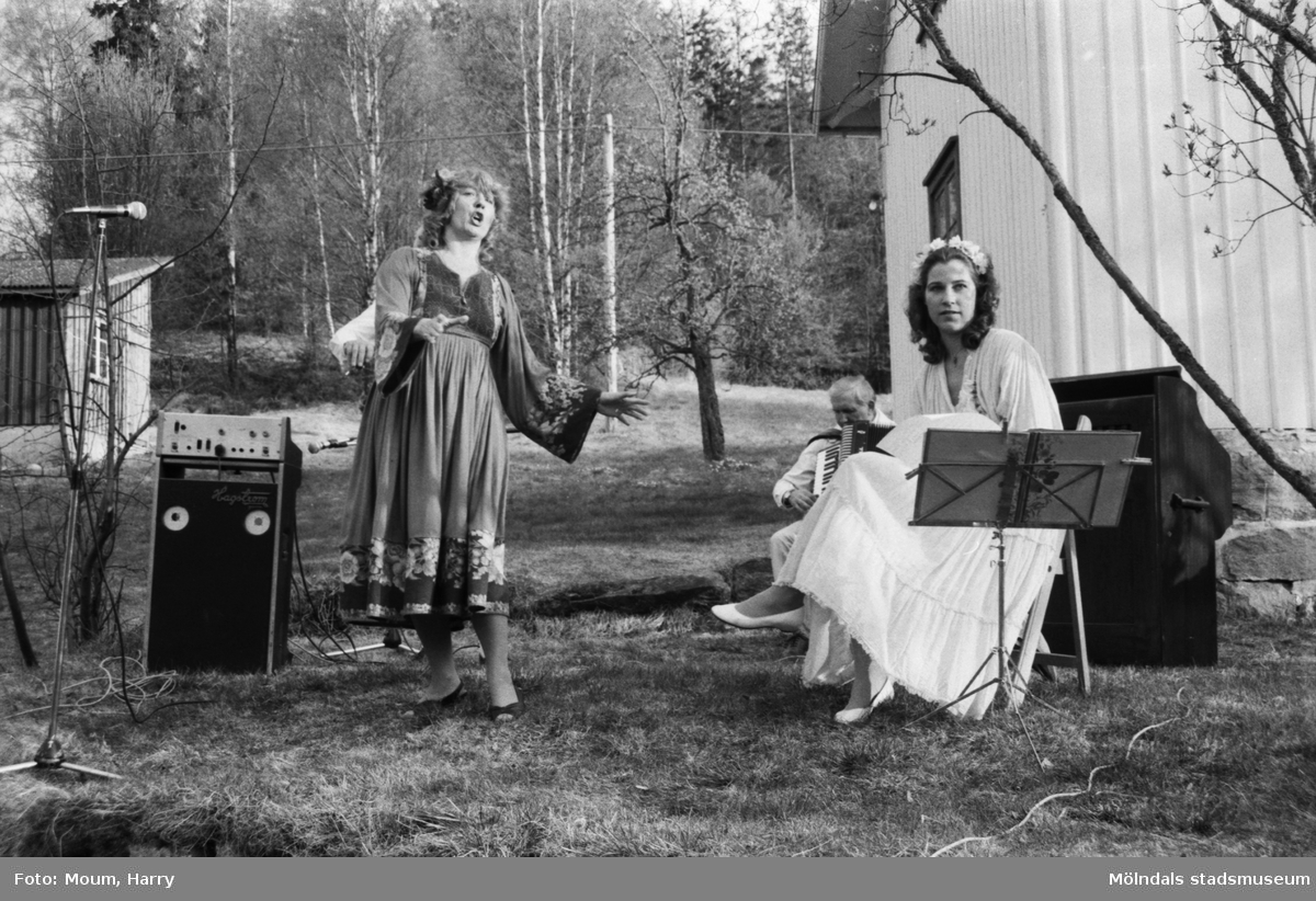 Almåsgården och Lindome hembygdsgille anordnar sommarkafé på Börjesgården i Hällesåker, år 1984. Musikunderhållning av Greta Wirsén med dottern Anna.  För mer information om bilden se under tilläggsinformation.