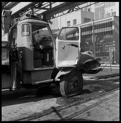 Skader på lastebil etter kollisjon med jernbanevogn.