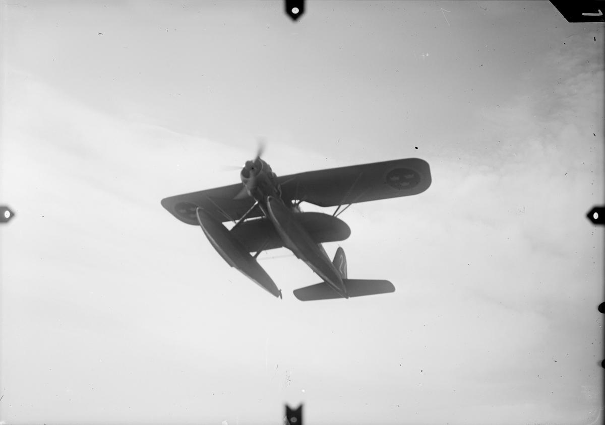 Spaningsflygplan S 12 märkt nummer 24 från F 2 Hägernäs i luften. Serie om fem bilder.