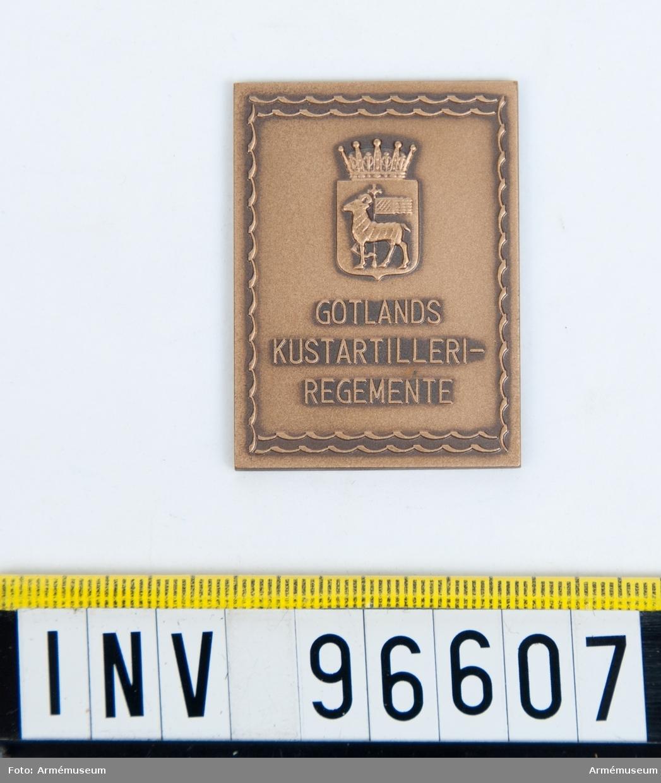 Plakett i brons för Gotlands kustartilleriregemente.