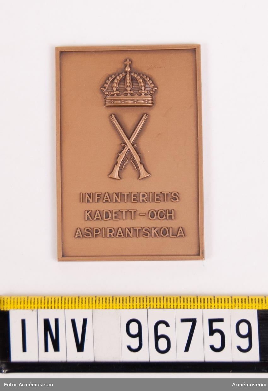 Plakett i brons för Infanteriets kadett- och aspirantskola. Stans nr 27895. Stans härdad 1962-05-30.