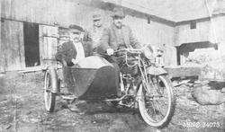 Mann med motorsykkel med sidevogn