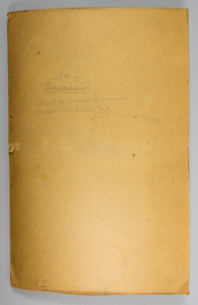 Portfölj, mapp, bestående av ett dubbelvikt ark av brun papp med uttag för grönt bomullsband. Innehåller flera exempar av tidningen Nya Dagligt Allehanda från ca 1909. Har innehållit skisser med mera.