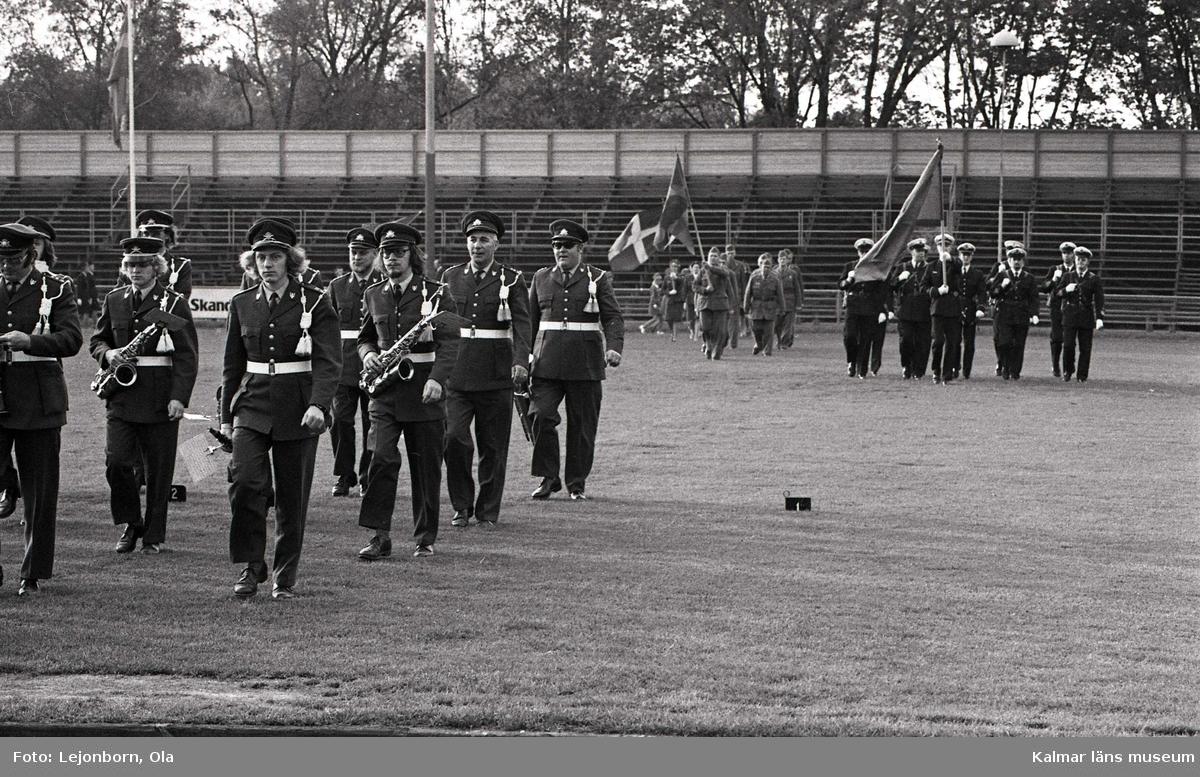 Musikkåren Lyran marscherar in för att genomföra sitt program vid firandet av svenska flaggans dag 6:e juni 1972.  I bakgrunden, hemvärnet med flagga.