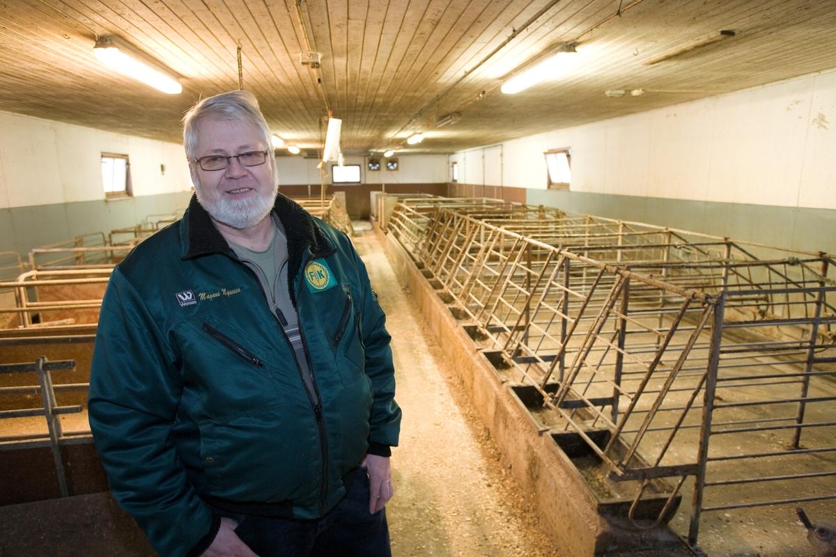 Grisebonde i nedlagt grisefjøs