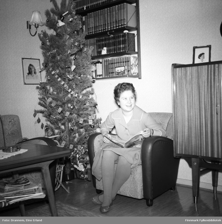 Turid Karikoski sitter i en lenestol med et blad på fanget hjemme i familiens leilighet i Hammerfest.