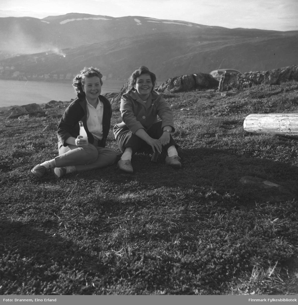 Turid Karikoski og Maija, etternavn ukjent, forografert på fjellet Salen i Hammerfest. Bebyggelsen langs Fuglenesveien ses i bakgrunnen.