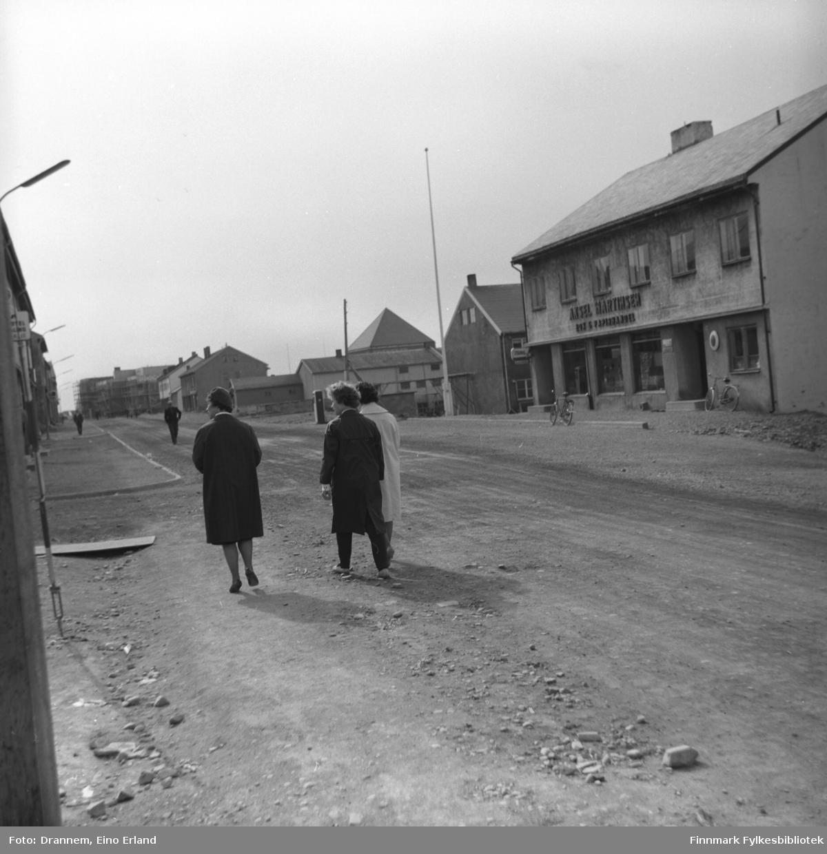 Tre ukjente damer spaserer bortover hovedgata i Vardø.