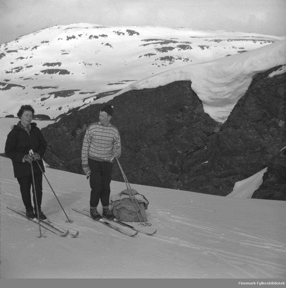 Jenny og Eino Drannem på skitur i fjellet ovenfor Hammerfest.