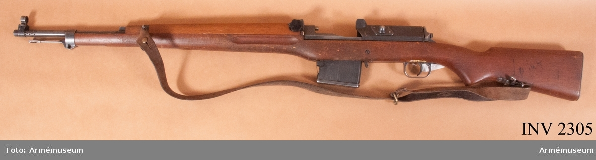 Automatgevär m/1942 B med exentersikte och gasuttagsmeksnism. Störta skottvidd: 4500 m. Magasinet rymmer 10 patroner. Består av: 1 automatgevär, 1 magasin, 1 gevärsrem. Slutstycke saknas.