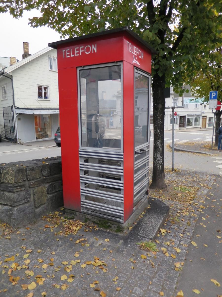 Telefonkiosken står på Gamletorvet i Gjøvik, og er en av de 100 vernede telefonkioskene i Norge. De røde telefonkioskene ble laget av hovedverkstedet til Telenor (Telegrafverket, Televerket). Målene er så å si uforandret.  Vi har dessverre ikke hatt kapasitet til å gjøre grundige mål av hver enkelt kiosk som er vernet.  Blant annet er vekten og høyden på døra endret fra tegningene til hovedverkstedet fra 1933. Målene fra 1933 var: Høyde 2500 mm + sokkel på ca 70 mm Grunnflate 1000x1000 mm. Vekt 850 kg. Mange av oss har minner knyttet til den lille røde bygningen. Historien om telefonkiosken er på mange måter historien om oss.  Derfor ble 100 av de røde telefonkioskene rundt om i landet vernet i 1997. Dette er en av dem.
