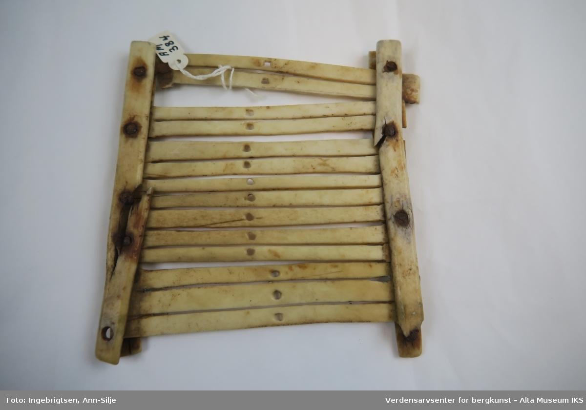 En liten vev laget av bein. Brukes til å veve bånd.