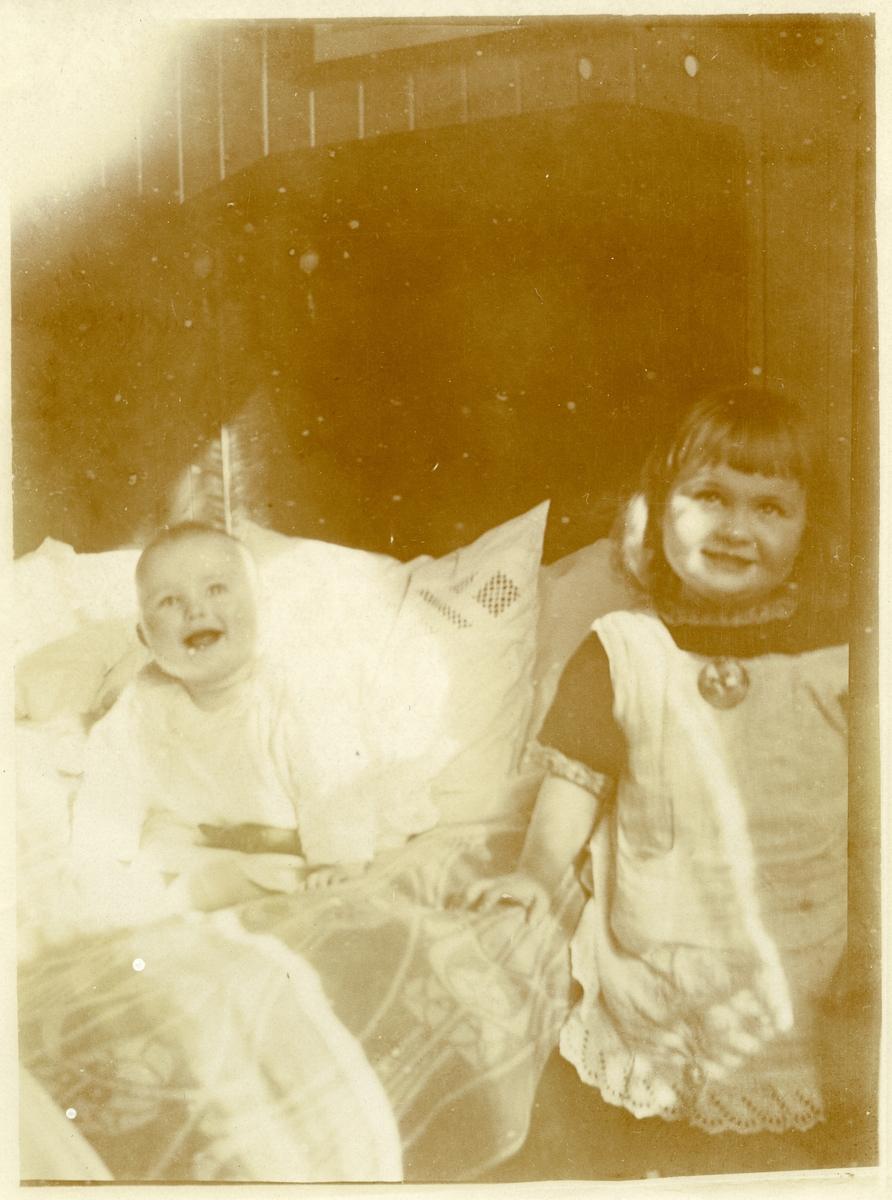 Barnefoto av Per og Randi Islandsmoen. Tatt i april 1923.