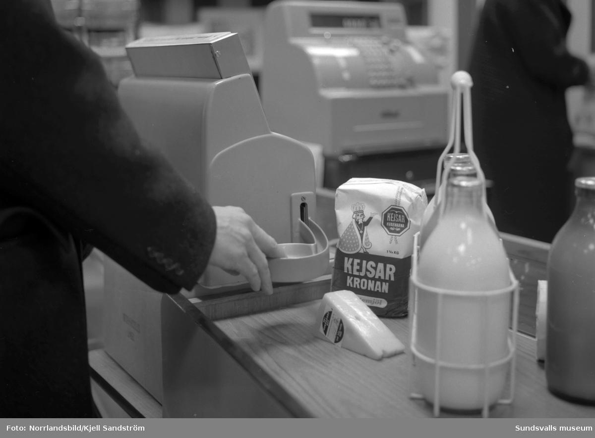 Automatisk kassaapparat med myntkopp för växelpengar i en SMC-butik. (Sundsvalls Mjölkcentral.)