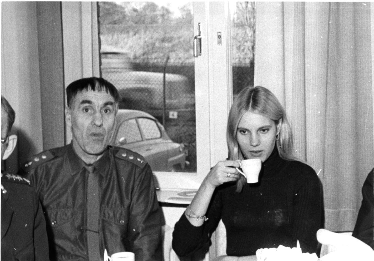Helin, Helge (styckjunkare). Eva-Lena Håkansson, A 6. Vid kaffebordet.