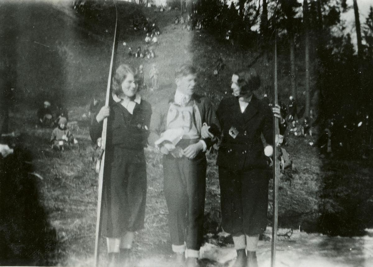 Athlete Birger Ruud with two ladies