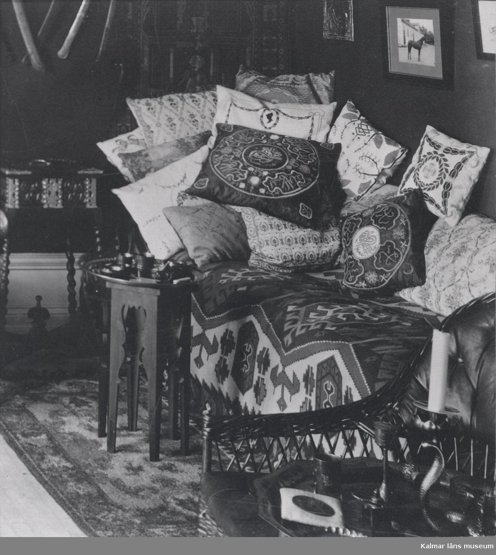 En överlastad divan i en okänd bostad.