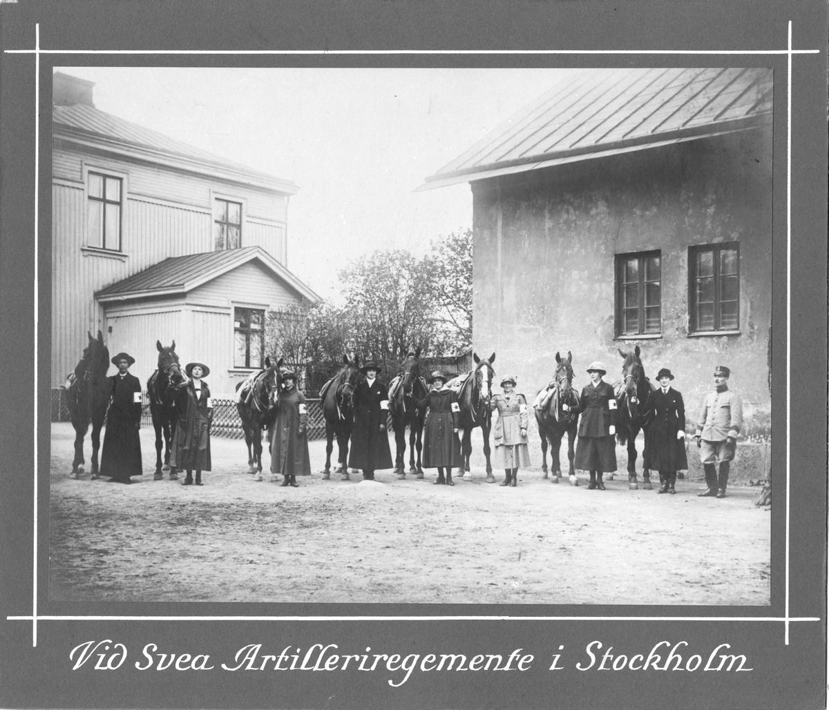 Svea artilleriregemente A1 i Stockholm, linje med hästar och ryttarinnor uniform m/1910.