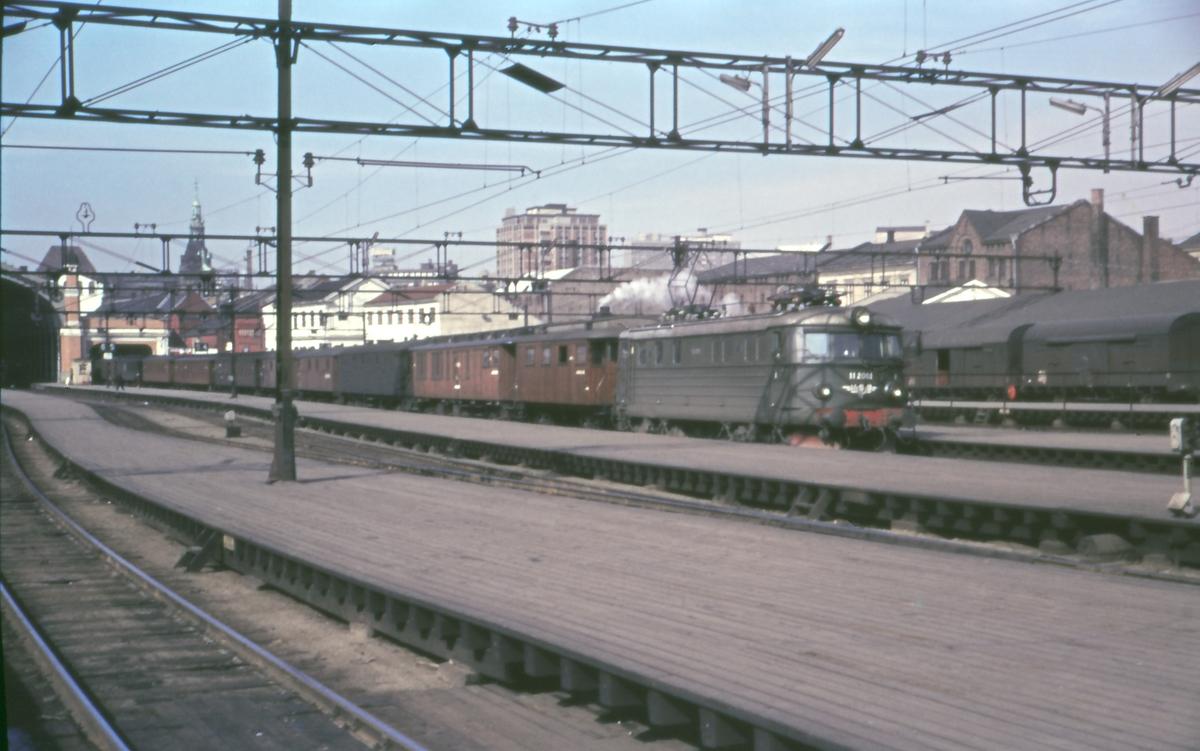 Elektrisk lokomotiv type El 11 med påsketog på Oslo Ø. Fremst i toget en finkevogn, dvs. vogn med dampkjel som leverer varme til toget. Toget var således på vei til en bane uten elektrisk drift.
