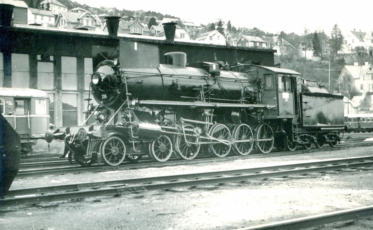 Damplokomotiv type 26a 216 på Marienborg verksted i Trondheim. Lokomotivet har trolig vært inne til revisjon.