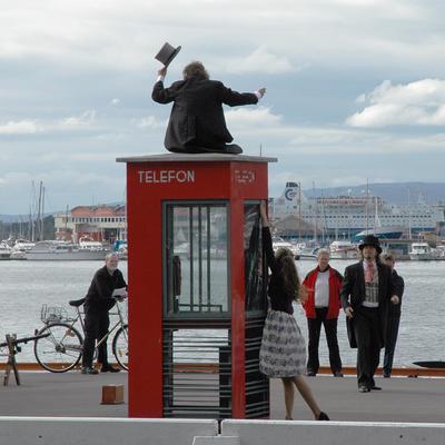 Røde telefonkiosker. Akershuskaia i Oslo 001