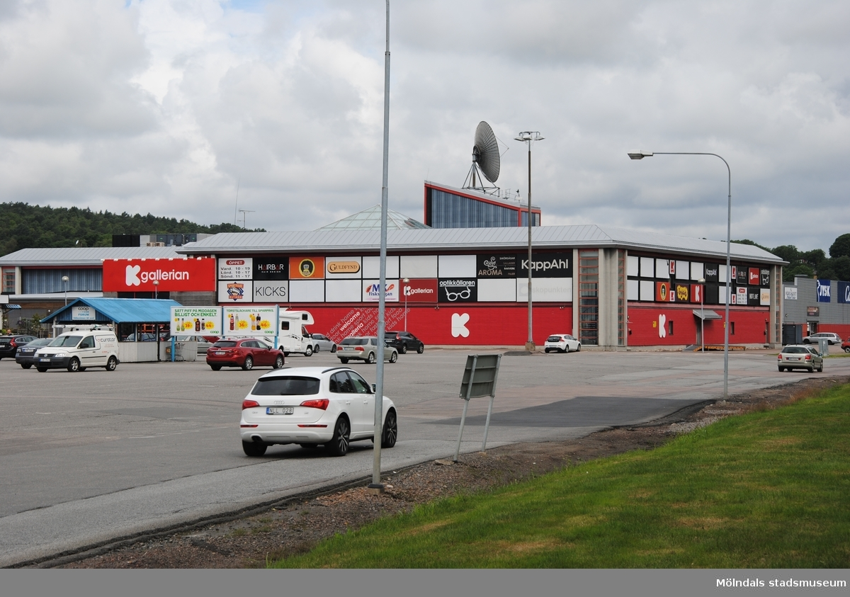 Byggnadsdokumentation av affärscentrum K-gallerian i Kållered med adress Ekenleden 6, Våmmedal 2:158, som fått rivningslov. Exterörfotografi från söder den 5/7 2016.
