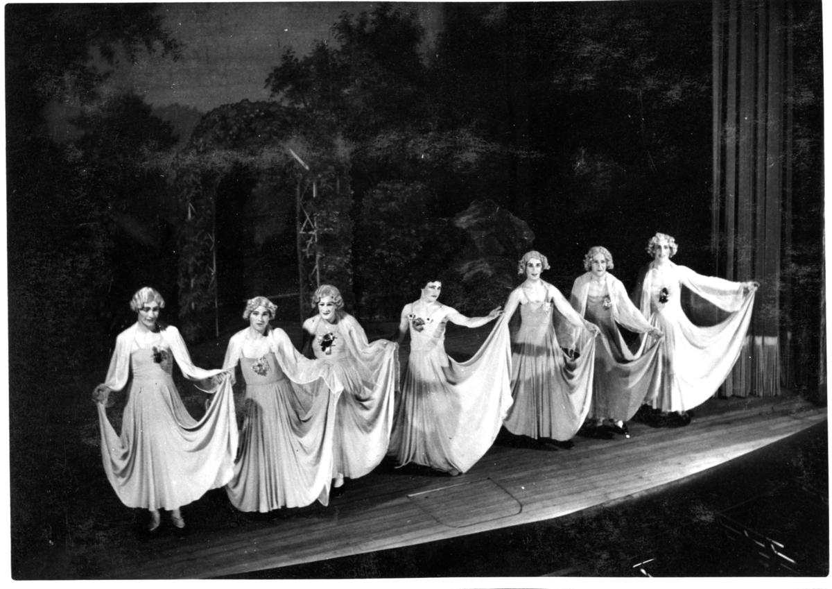 Revy på A 6. Sju man utklädda till kvinnor.