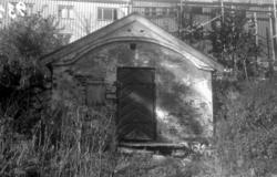 På bildet ser vi en gammel melkebod av mur ved Christiegårde