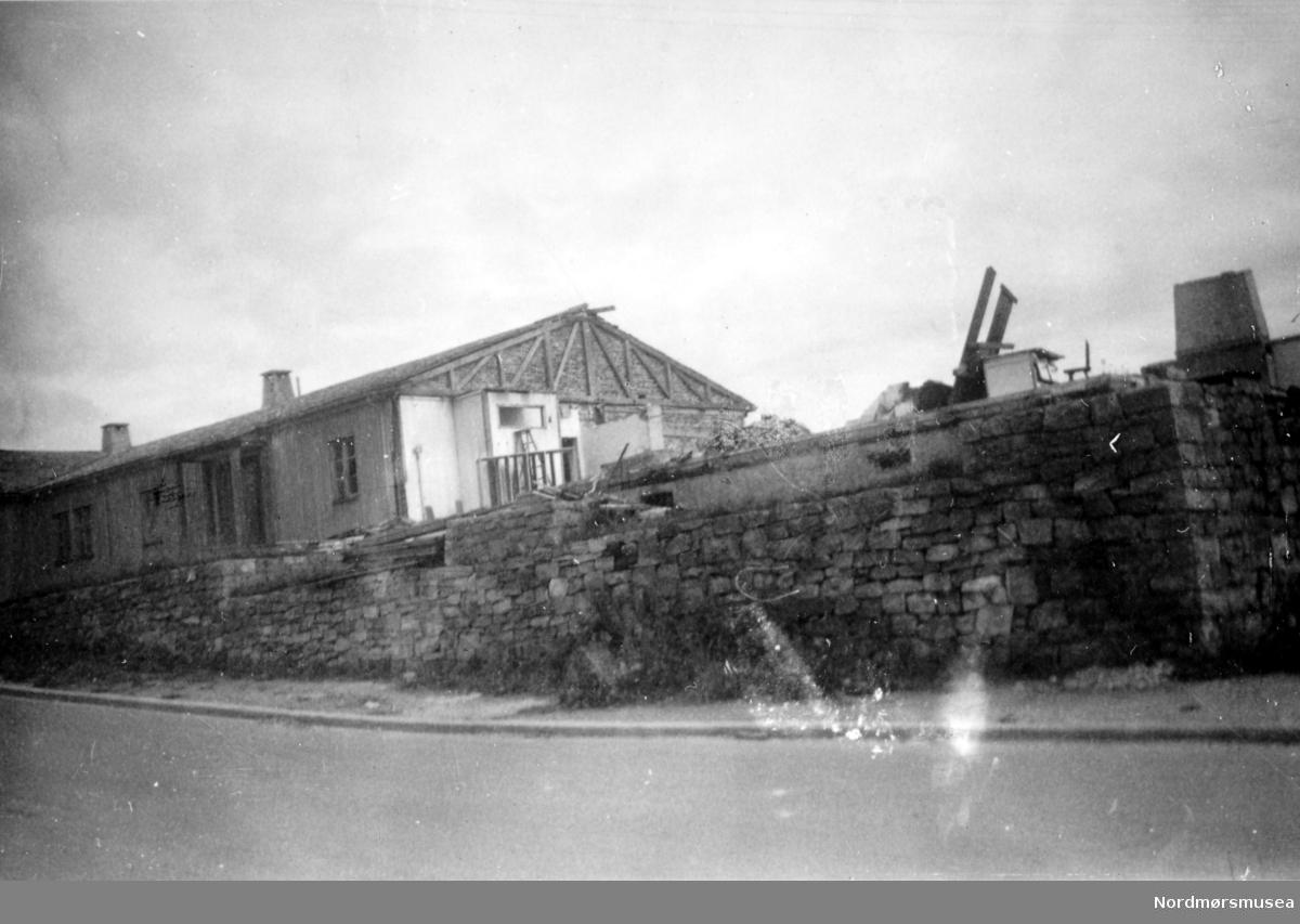På bildet ser vi vestre fløy av Soldatheimen, i Lars Guttorms gate - nær Allanengen Skole.  Etter 1945 ble bygningen solgt til byens Arbeiderparti, som til per dags dato (august 1955) har brukt lokalet som samlingssted, møtelokale, samt til utleie for byens forskjellige foreninger. Det har også blitt brukt til offentlig valglokale i den store salen. I disse dager (per august 1955) holder de på å rive Soldatheimen, for å gi plass til byggetomter. Bildet er fra Nordmøre Museums fotosamlinger.