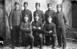Gruppeportrett, menn, militæret, verneplikt, uniform, luer,
