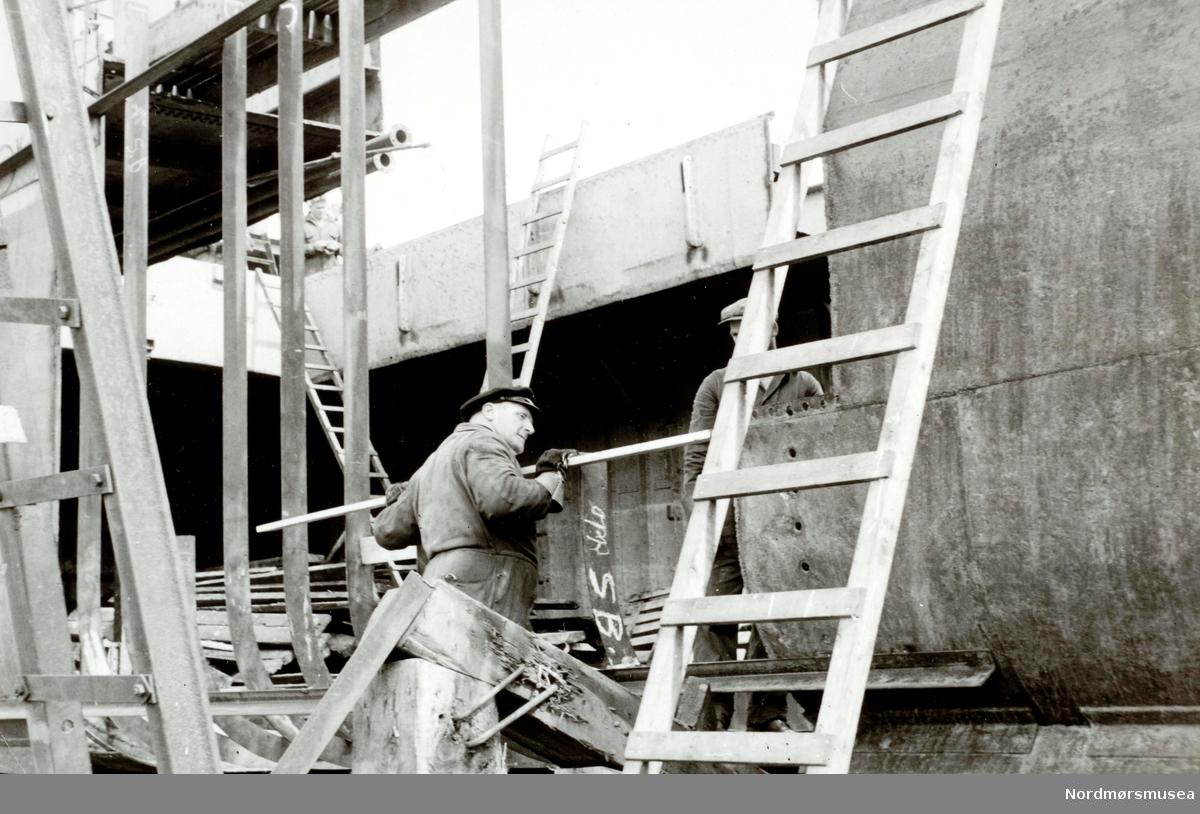 """Foto fra Storvik mekaniske verksted på Dale, Nordlandet i Kristiansund, hvor vi ser fra båtbyggingen der. Trolig er det """";Vestkyst I""""; vi ser etter informasjon fra bildene. Bildet er datert til juni 1959. Fra Nordmøre museums fotosamlinger."""
