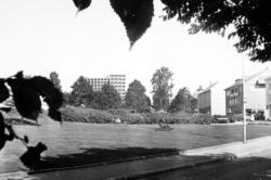 Øverparken ved Greves plass. Vi ser Kirkelandet Kirke i Roli