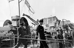 To tyske marineoffiserer sees forlate en eldre britisk jager