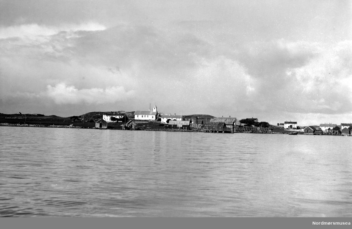 Fra et tettsted med kirke. Fra Nordmøre museums fotosamlinger. EFR2015