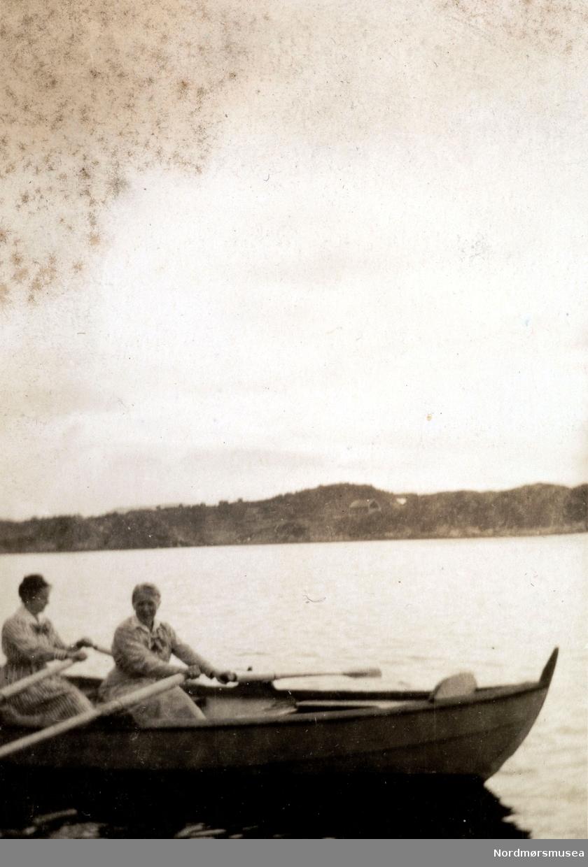""""""";Fagernes. Fladsethsund"""";. Foto fra fjorden nær familien Hvedings landsted på Fagernes, Frei, i Kristiansund kommune. Fremst i båten ser vi Christine Munch Hveding g. Knudtzon. Fra Nordmøre museums fotosamlinger."""