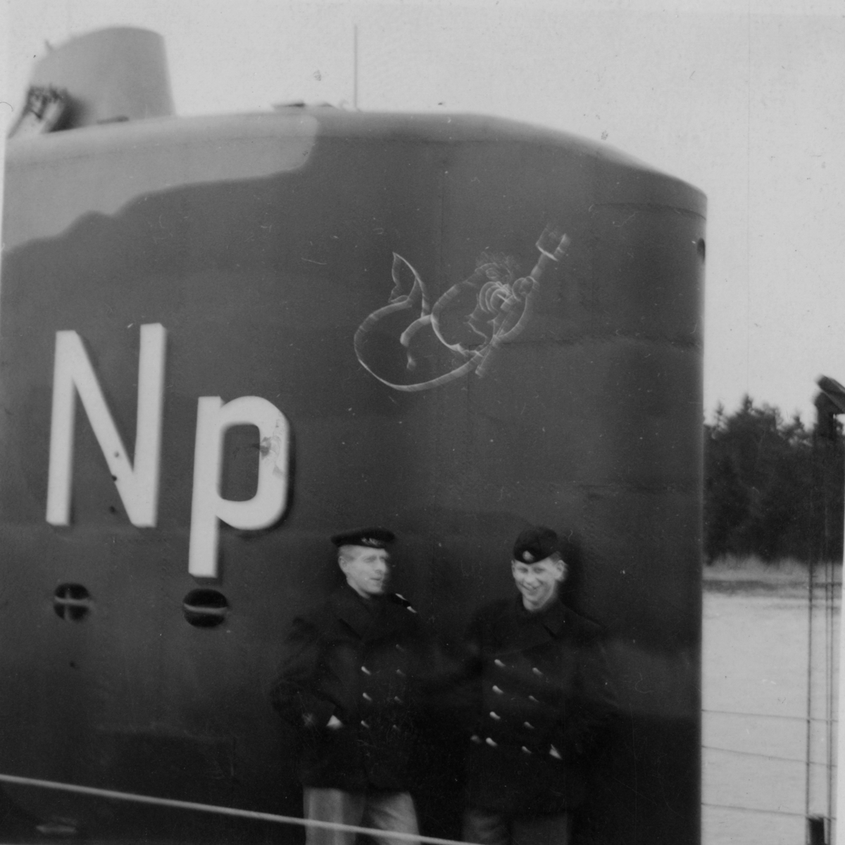 Lennart Wållberg Norrköping var förste kock på ubåten Neptun 1954 Neptuns långresa 1954. Vår maskot på tornet under färdigställande.