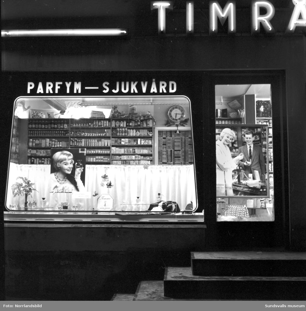 Timrå Färghandel julskyltar med bilder på fotomodellen Gunilla Asp (Sundsvalls lucia 1954). Huset som numera är rivet låg vid Köpmangatan i trakterna av torget.