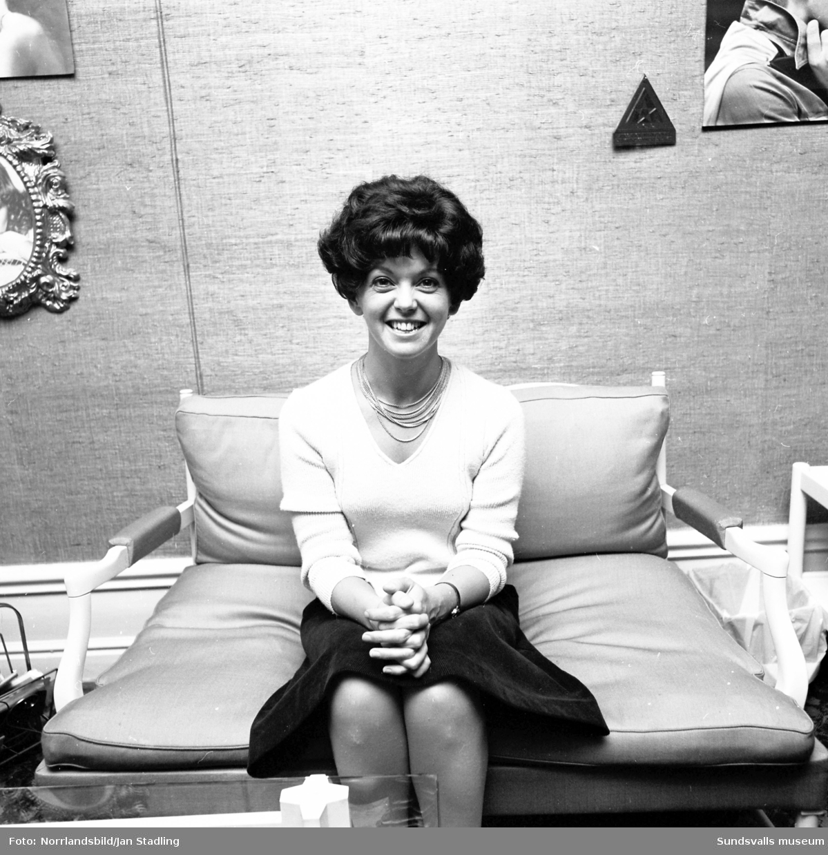 Borgs damfrisering i Timrå. Foton på en kvinna i olika peruker tagna för Timrå Tidning - ett informationsblad som utkom 1972-1982.