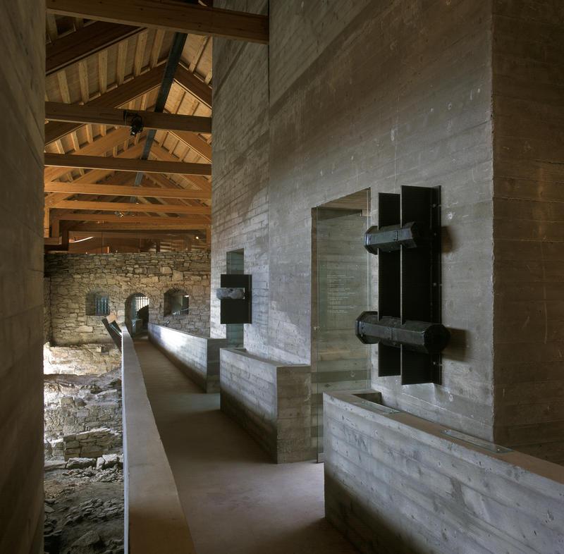 Sverre Fehns betongbro gjennom museets middelalderdel er omkranset av funn fra ruinene etter bispegården, blant annet kanonfragmenter. (Foto/Photo)