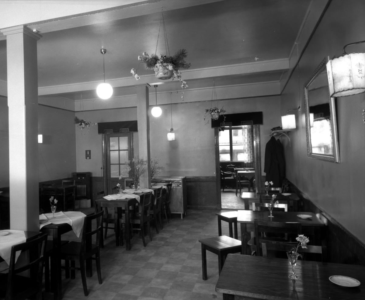 Café Gästis på Herrgårdsgatan 20 år 1936. Caféet låg i gamla Betlehemskyrkans bottenvåning där det också fanns bl a väntsal för busscentralen på N Strandgatan.