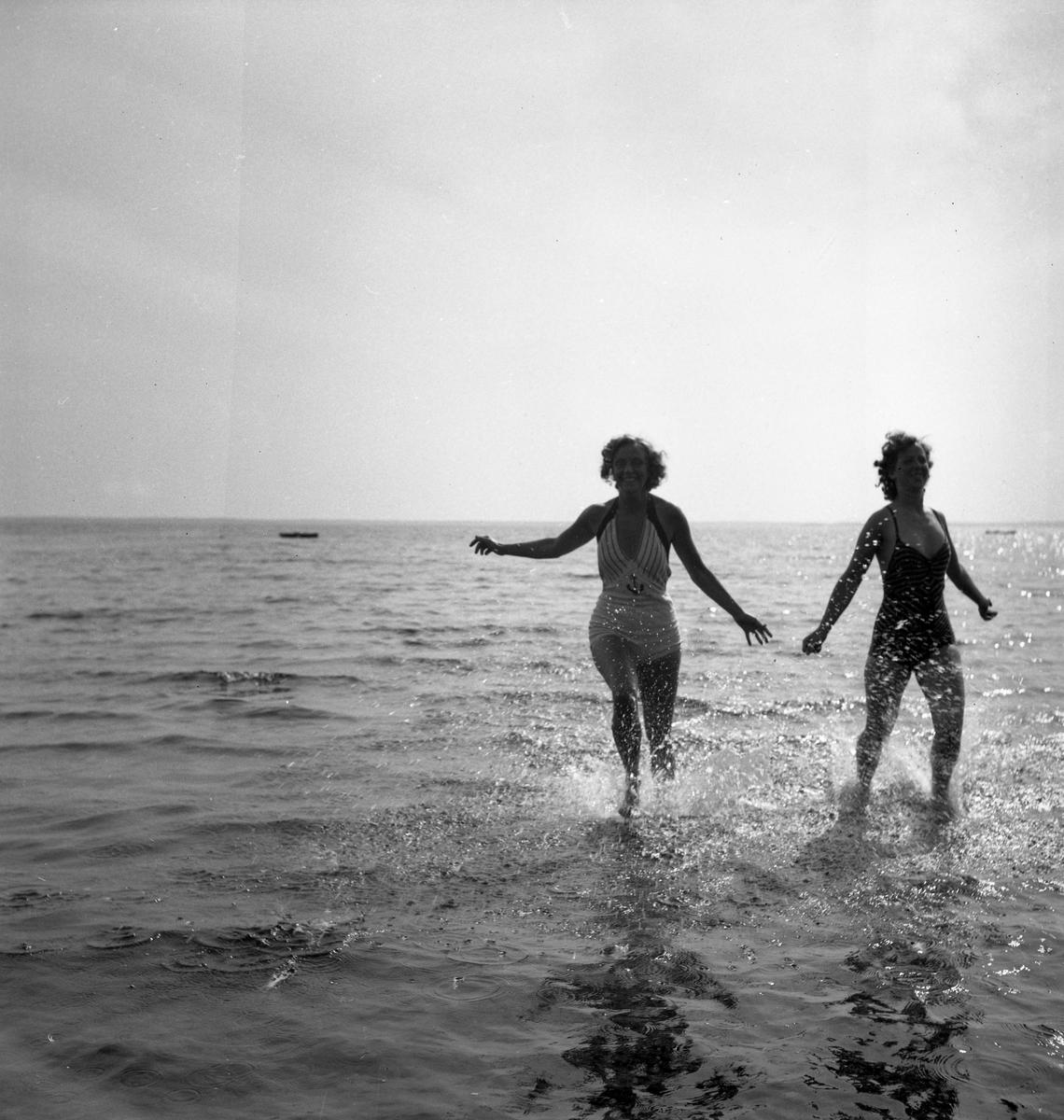Sköna dagar på stranden, i Vänern eller vid tältet den sista sommaren före kriget, här Bomstadbaden.
