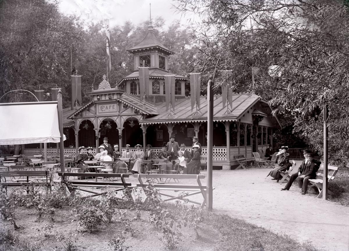 Bild tagen i Karlstad, eventuellt vid Värmlands Hushållningssällskaps utställning i Klara 1895 och visar i så fall cafépaviljongen i Våxnäsparken. I sällskapet syns J P Nyström, ägare till orgelfabriken med samma namn.