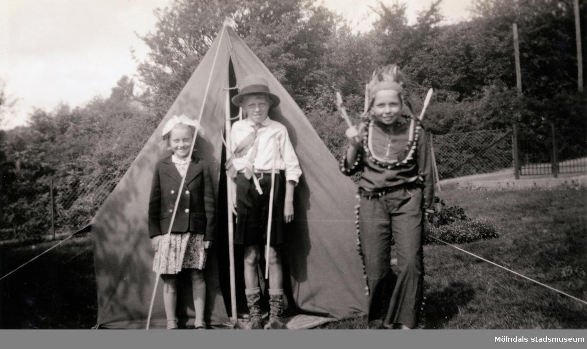 Agda och Carl-Henrik Carlsons son Lennart tillsammans med grannbarnen Lars-Olof (Lasse) och Kerstin Larsson (Lerdala). Rådavägen 10 i Sjövalla, Mölndal, ca 1938.  För mer information om bilden se under tilläggsinformation.