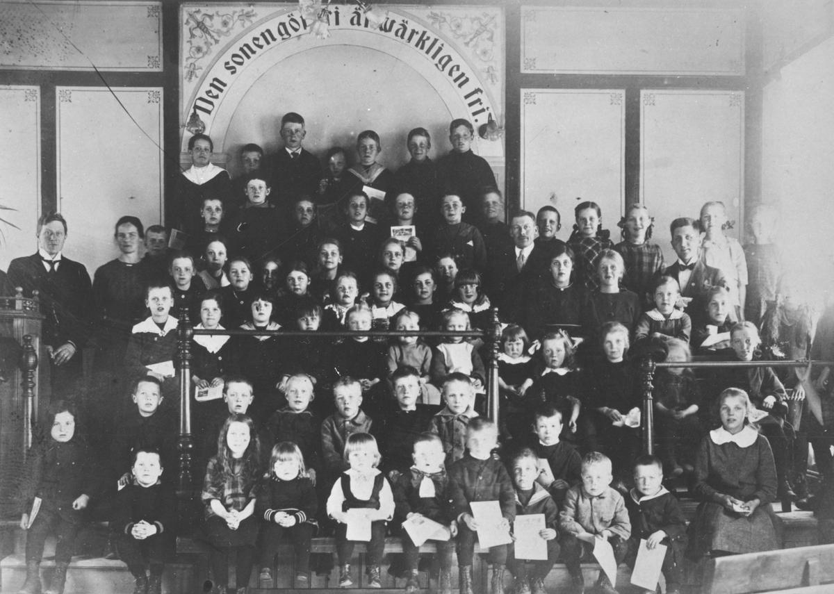 Söndagsskola i Betelkapellet, Hybo. Lärare fr.v. Edvin Skoglund, Karin Skoglund. T.h. Per Persson och Nils Roos.