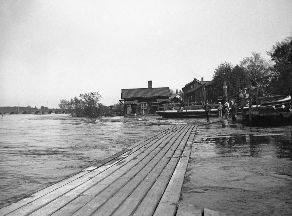 Hög vattennivå i älven i höjd med pråmkanalens inlopp år 1921.