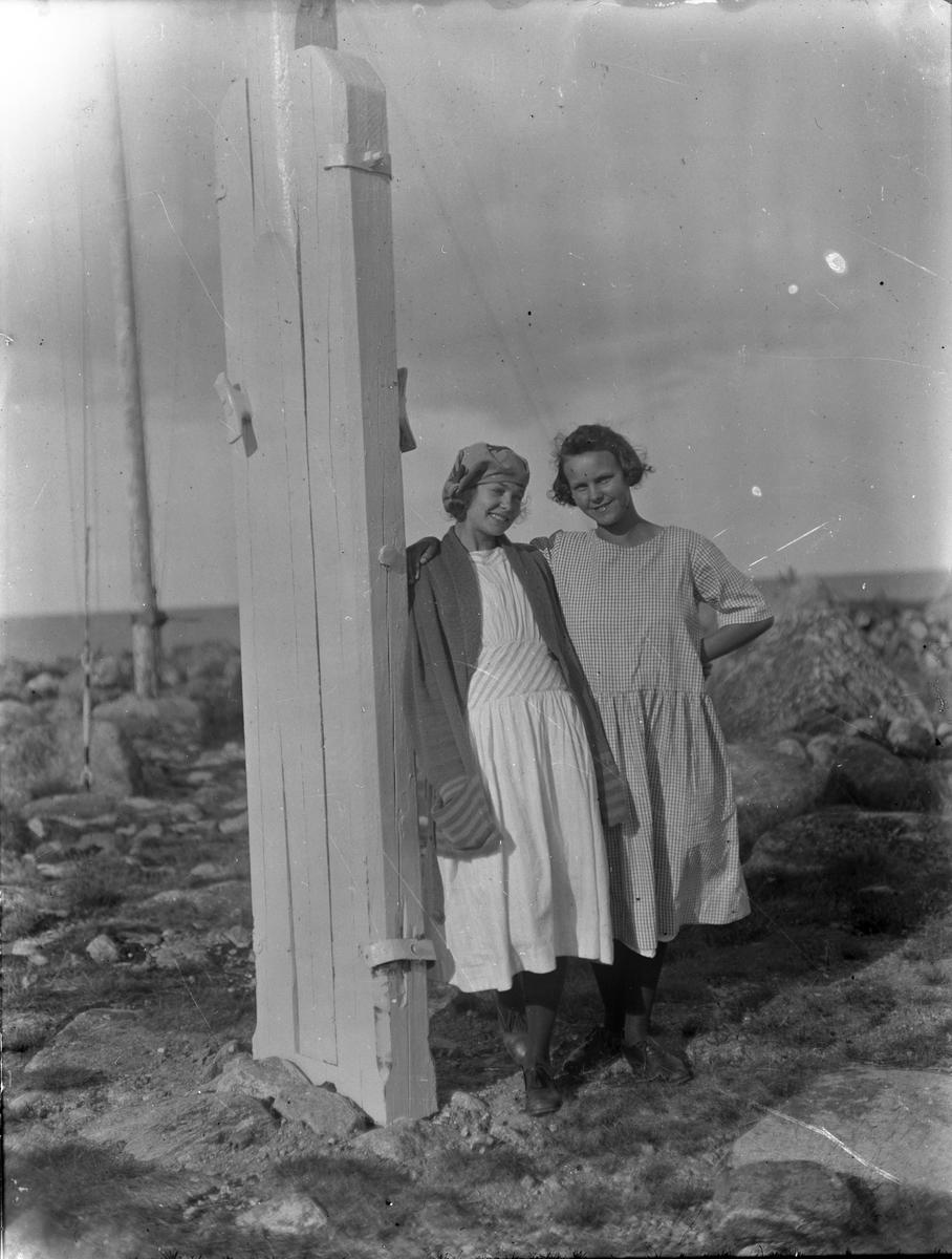 Unga kvinnor vid flaggstången