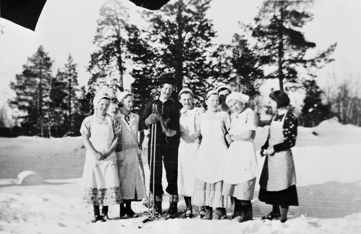 Bildet viser elever og lærere ved Svanvik Ungdomsskole samlet til festlig samvær.