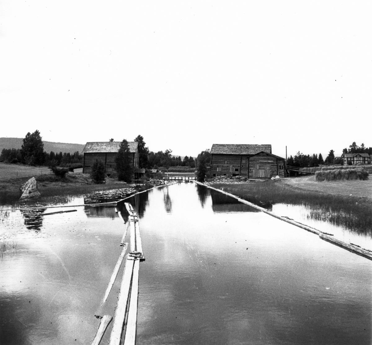 Vy över Iste, Arbrå socken, Bollnäs kommun. Tröskladorna på Petters och Västergården. Blomqvists till höger.
