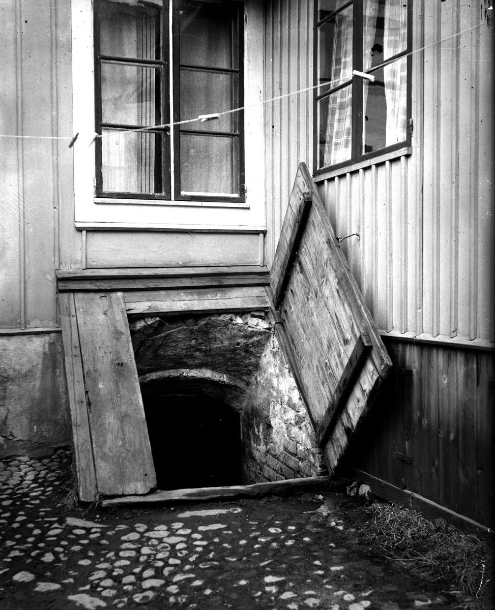 Källaren i gård 73. Eventuellt gammalt klostervalv, Köping. Fotograf E Sörman.